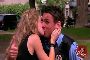 """""""Dammi un bacio e strappo la multa"""", incredibile gag: ..."""