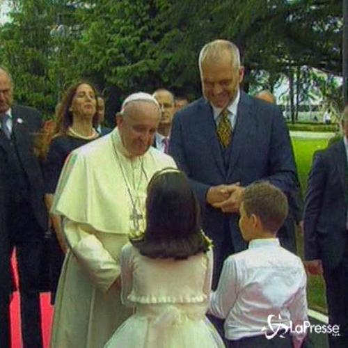 """Il Papa in Albania: """"Nessuno pensi di farsi scudo di Dio ..."""