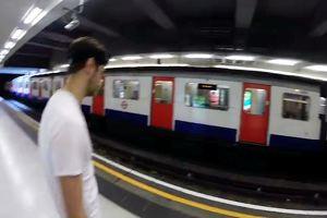 Uomo sfida la metro di Londra, chi arriverà prima alla ...