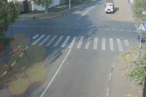Dopo uno schianto furgone e auto finiscono su un ciclista: ...