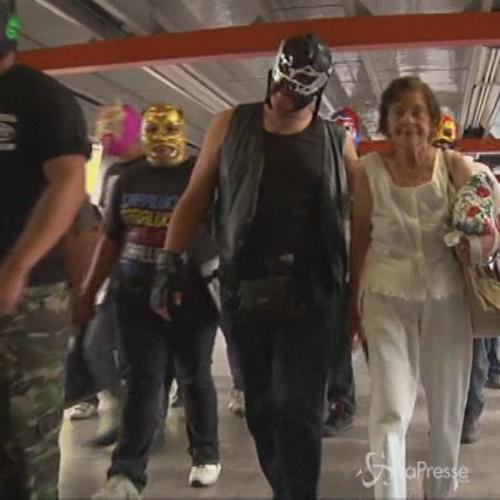 Messico, flash mob per il wrestling: tutti in metro con ...