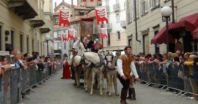 Palio di Asti, la sfilata del corteo storico aspettando la ...