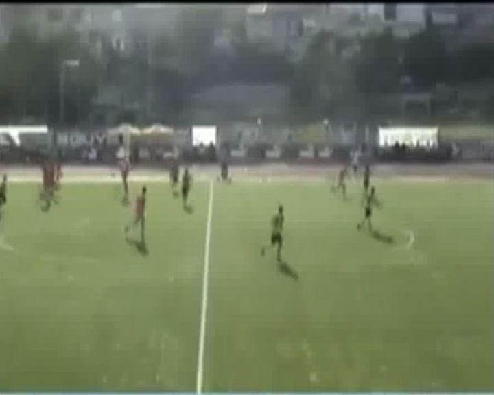 Il portiere è infortunato: l'attaccante rinuncia al gol    ...