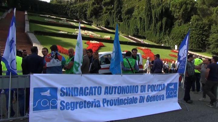 Genova, forze sicurezza in piazza: doniamo sangue contro tagli