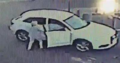 Donna scaccia un delinquente che voleva rubarle l'auto