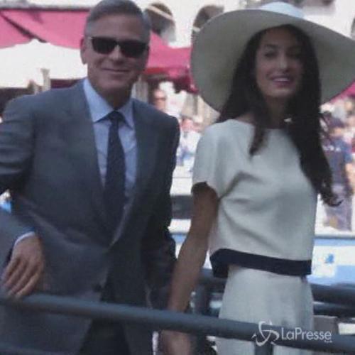 Nozze Clooney, lei in completo crema e lui in grigio per ...