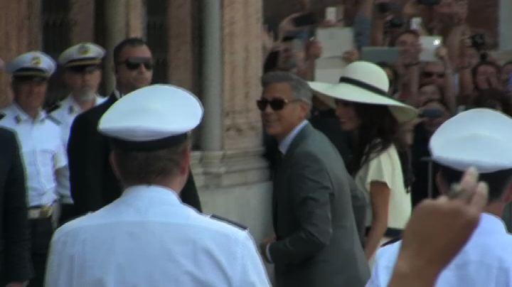 Fischi per Clooney e Amal, protesta comunali offusca la ...