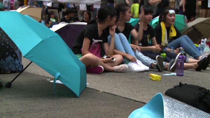Hong Kong, governo chiede stop proteste. Manifestanti ...