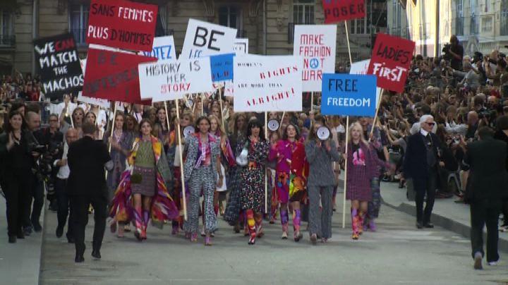 La sfilata di Chanel a Parigi diventa un corteo femminista  ...