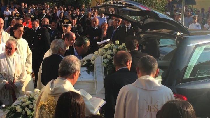 Tragedia Vulcanello, grande commozione ai funerali dei 2 ...