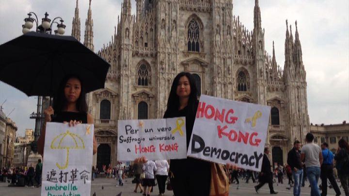Studentesse cinesi protestano a Milano: democrazia per Hong ...