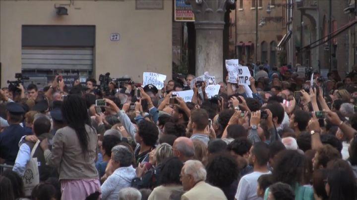 Renzi a Ferrara, il premier contestato: buffone, vattene via