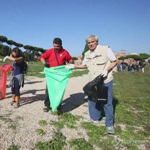 M5S pulisce il Circo Massimo, presenti Di Maio e Di Battista