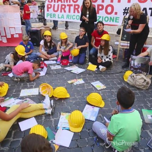 Montecitorio, flash mob bimbi l'Aquila: Renzi facci sognare scuola per ricominciare