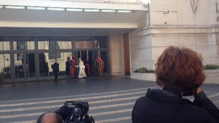 Papa rompe il protocollo e stringe la mano alle guardie svizzere