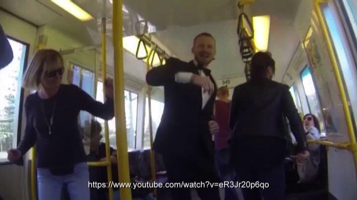 Si scatena sul treno per Perth