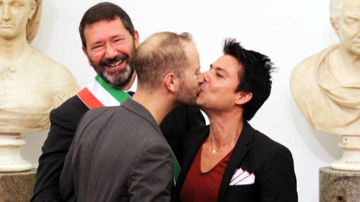 Roma, Marino registra 16 nozze gay e sfida Alfano e ...