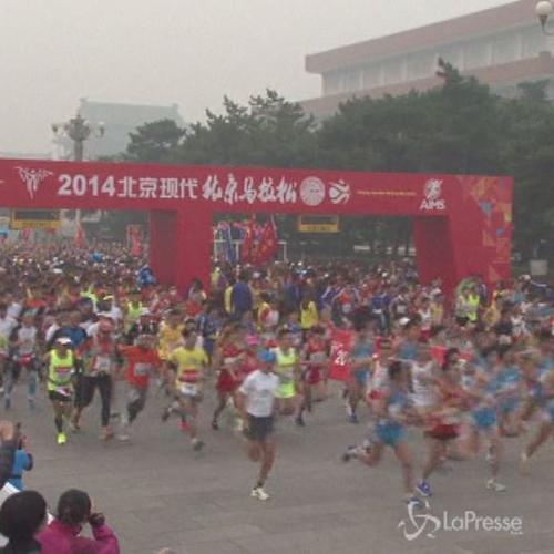 Cina, in 30mila a maratona di Pechino sotto una coltre di ...