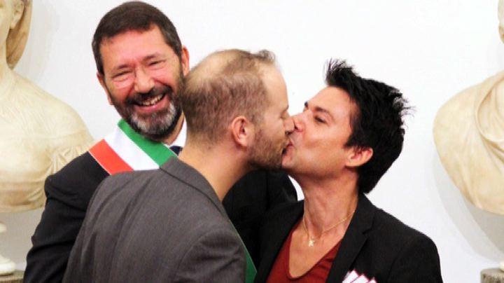 """Matrimoni gay, scontro sul gesto """"plateale"""" di Ignazio ..."""