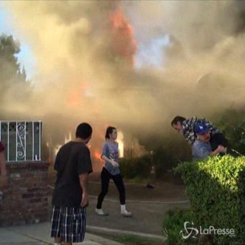 Usa, anziano bloccato dentro casa in fiamme: lo soccorre un ...
