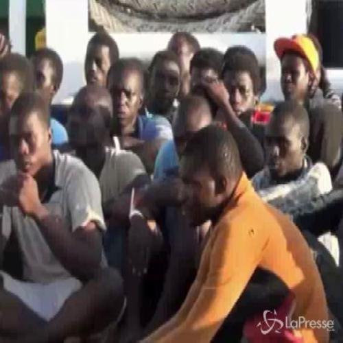 Sbarco di un centinaio di migranti a Pozzallo: arrestati ...