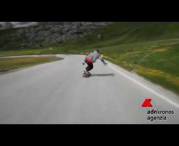 Skateboarding mozzafiato giù dalle Alpi