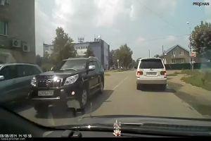 Auto non si ferma allo stop, centauro fa un volo da brivido