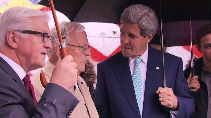 Nude News - John Kerry a Berlino visita il Muro