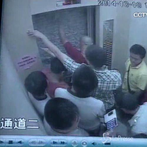 11 chiusi in ascensore, l'incubo finisce a colpi di ...