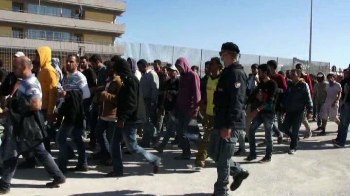 """In Sicilia sbarcano mille migranti: """"Scappiamo anche da ..."""