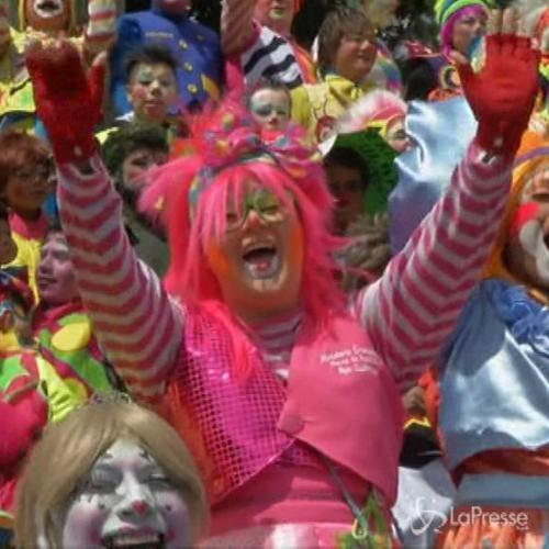 Una risata ci salverà: 500 clown ridono tutti insieme in ...
