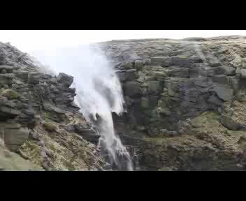 La cascata scorre al contrario, ma è colpa del vento