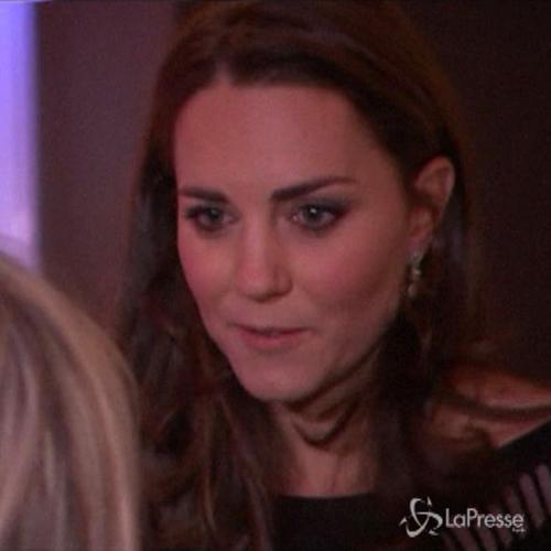 Kate Middleton a galà benefico osa un po' con il 'vedo ...