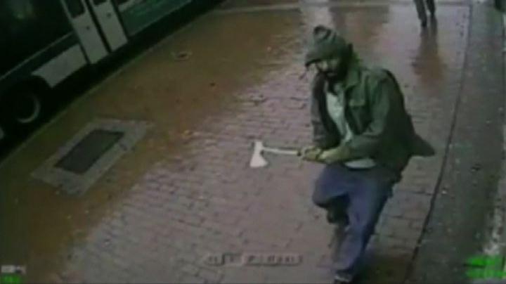 Paura a New York, uomo aggredisce con un'ascia 4 agenti: ...