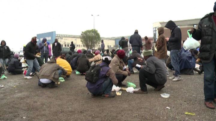La disperazione dei migranti a Calais, tra tensione e ...