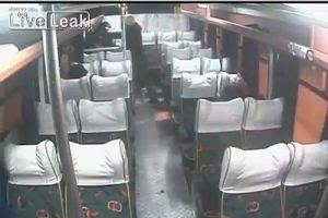 Tenta scippo al volo sul bus, resta bloccato e un poliziotto a bordo lo picchia