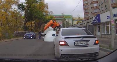 Russia, camion betoniera esplode nel traffico