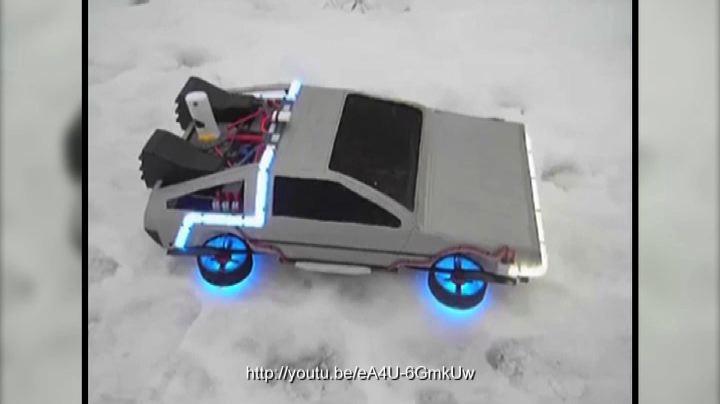 Una DeLorean volante per viaggiare nel tempo