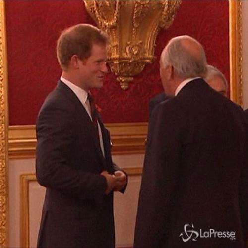 Principe Harry sempre più istituzionale, fa veci del padre ...