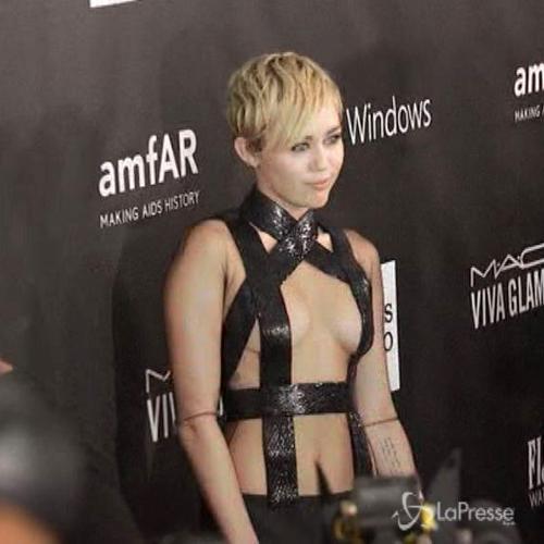 Rihanna e Miley Cyrus con scollature hot al gala amFar per ...