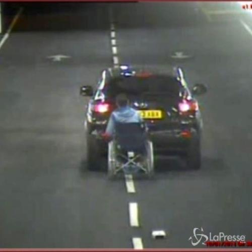 Uomo in sedia a rotelle trascinato da un'auto in un ...