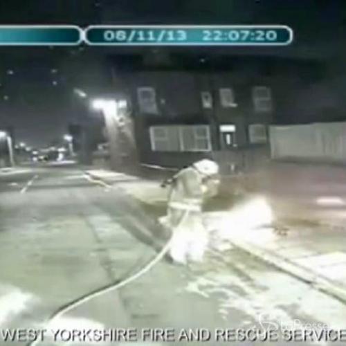 Video shock dei vigili del fuoco attaccati da fuochi ...
