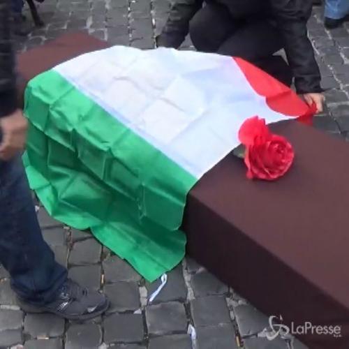 Finto funerale per il Paese in piazza Montecitorio contro lo Sblocca Italia