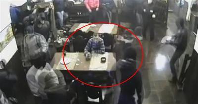 Russia, rapina armata in un locale: cliente impassibile     ...