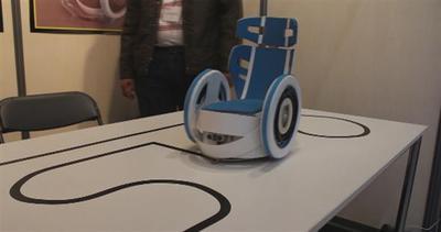 La sedia a rotelle che viaggia da sola
