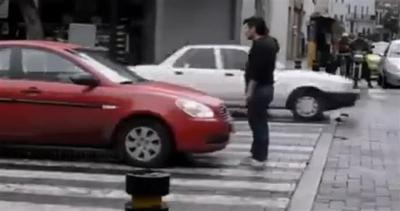 L'eroe che sfida il traffico e rischia grosso