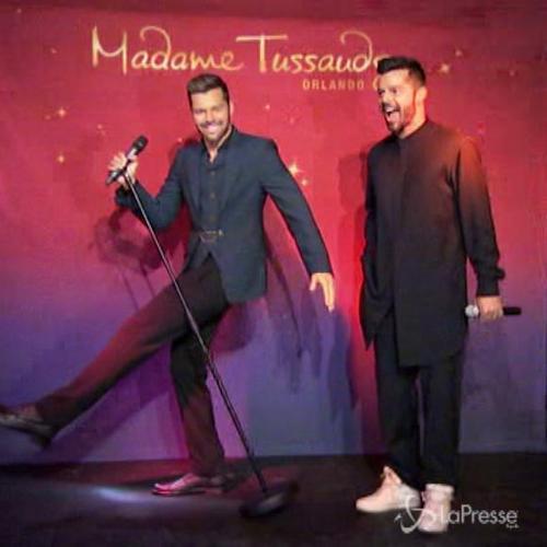 Ricky Martin ammira la sua statua di cera al Madame ...