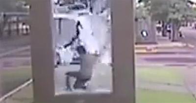 Di corsa per prendere il bus: bambino sfonda il vetro