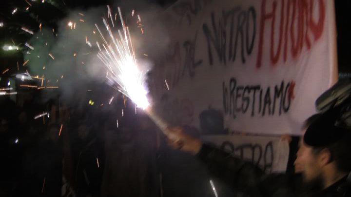 Contestazioni a Bologna per Renzi, antagonisti contro sede ...