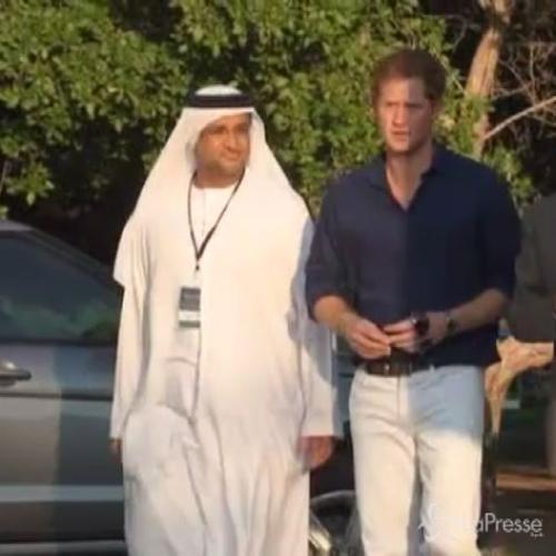 Harry gioca a polo per beneficenza negli Emirati Arabi